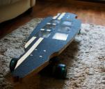 Nowatorski longboard elektryczny z panelami słonecznymi